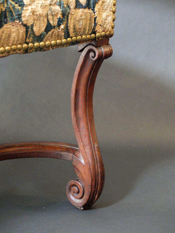 Fauteuil d'époque Louis XIV aux feuilles d'aristoloche